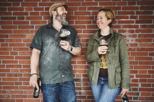 Par drikker øl
