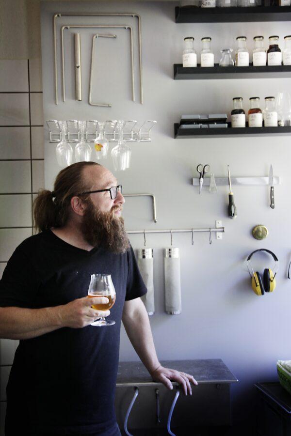 Mand drikker øl